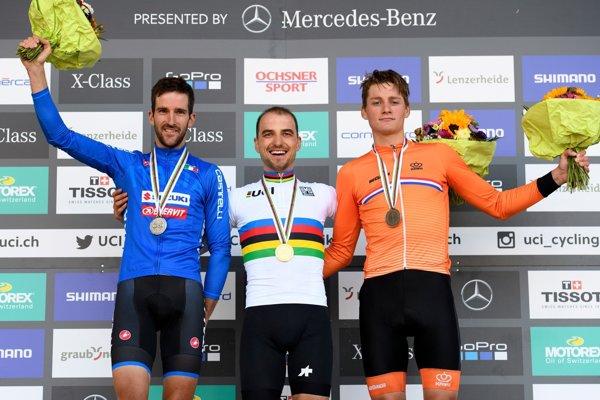 Víťaz Nino Schurter (uprostred), druhý Gerhard Kerschbaumer (vľavo) a tretí Holanďan Mathieu van der Poel.