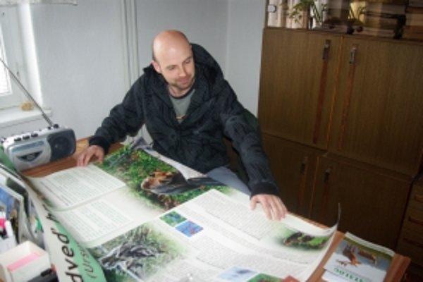Beňadik Machciník s plagátom, ktorý distribuovala správa CHKO po obciach.