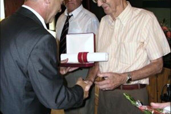 Antona Krumpára ocenili pri príležitosti jubilea v rodnej Nitrianskej Blatnici.