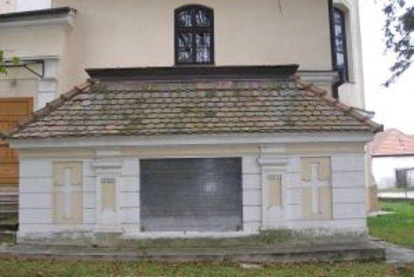 Apponyiovská hrobka sa nachádza sa na južnej strane kostola sv. Petra a Pavla v Oponiaciach.