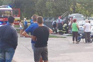 Kuriózna nehoda pritiahla pozornosť ľudí.