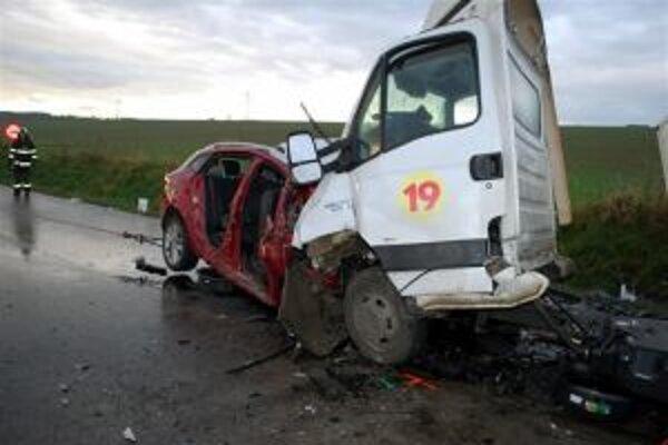 Vodič Renaultu a jeho traja spolujazdci utrpeli zranenia, ktorým podľahli.