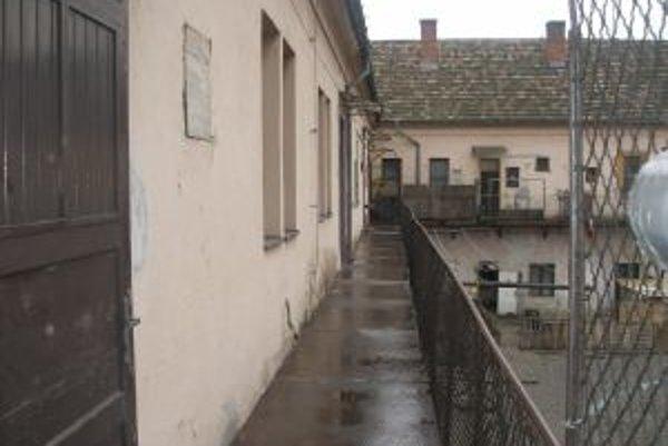 Azylový dom sa nachádza na pavlači v areáli starého cukrovaru.