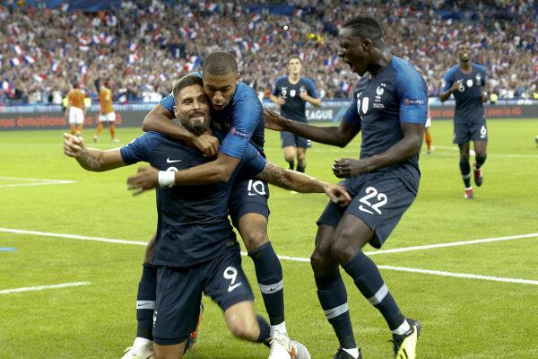 Francúzski futbalisti sa radujú po rozhodujúcom góle Oliviera Girouda.