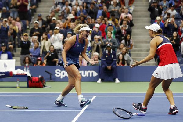 CoCo Vandewegheová (vľavo) a Ashleigh Bartyová sa radujú z víťazstva.