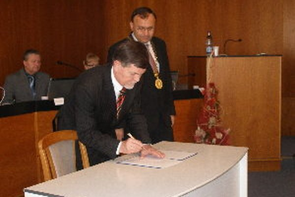 Poslanecký sľub zložil Karol Zaťko. Do funkcie zasadol namiesto zosnulého Petra Bačíka.