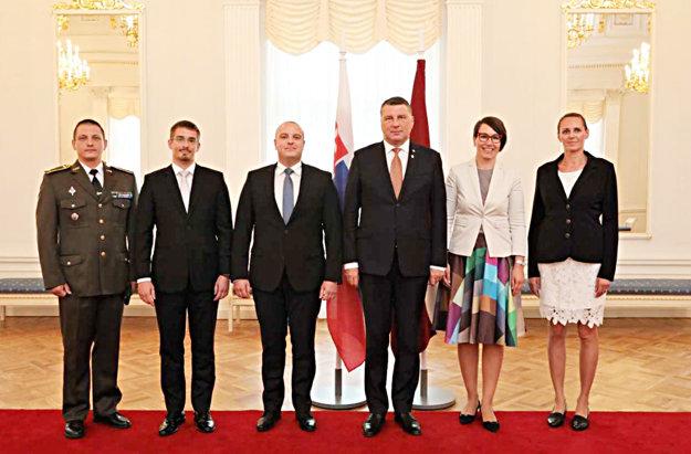 Pri slávnostnom akte odovzdania poverovacích listín. Tretí zľava je veľvyslanec Ladislav Babčan, vedľa neho stojí prezident Lotyšska Raimonds Vejonis. Druhá sprava je manželka veľvyslanca Andrea Babčanová.