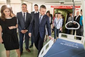 Ministerka zdravotníctva SR Andrea Kalavská, generálny riaditeľ Univerzitnej nemocnice Bratislava Juraj Kovács a predseda vlády SR Peter Pellegrini.