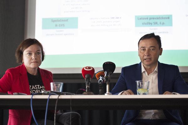 Na snímke vľavo riaditeľka nadácie Zastavme korupciu Zuzana Petková a bývalý zamestnanec MO SR Maroš Klinčák.