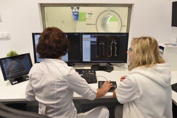 Personál oddelenia obsluhuje nový CT prístroj.