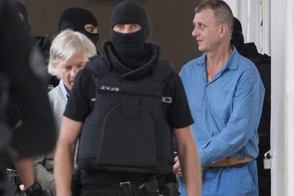 Obžalovaní Sergej M. (vľavo) a Peter H. prichádzajú na odvolacie konanie v prípade prípravy vraždy Petra Čongrádyho
