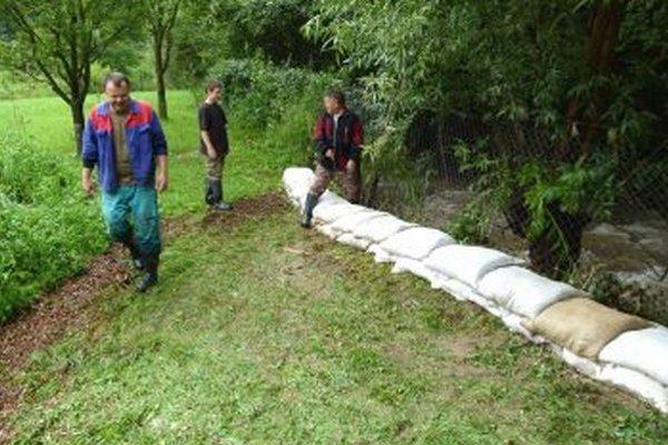 Na druhý deň voda opadla. Starosta (vpravo) s J. Hrdekom (vľavo) kontrolujú situáciu.