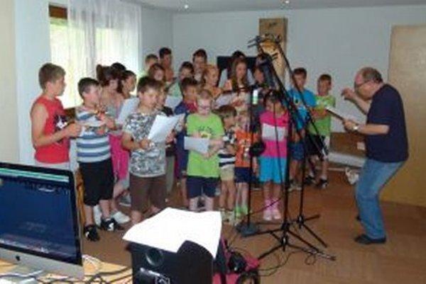 Daniel Hevier (vľavo) pomáhal deťom s rytmikou počas nahrávania pesničky.