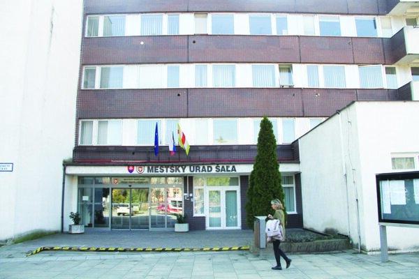 Budova mestského úradu v Šali bude mať zelenú strechu.