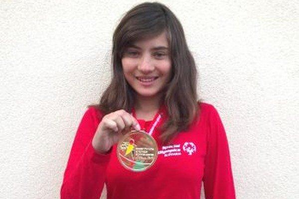 Zdatná bežkyňa Radka získala v štafete zlatú medailu.