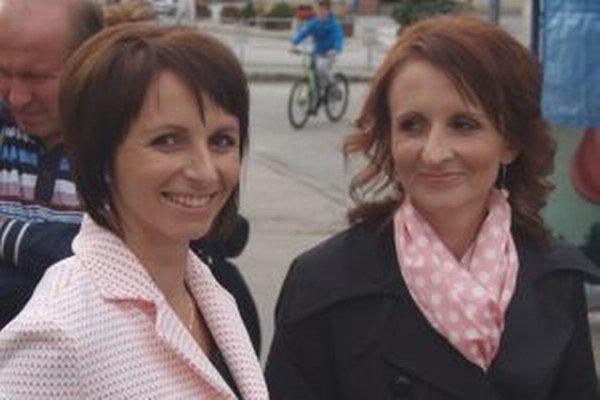 Zuzana Horníkova (vpravo) pri uvádzaní knihy do života zo sestrou Stanislavou Krasnicovou.