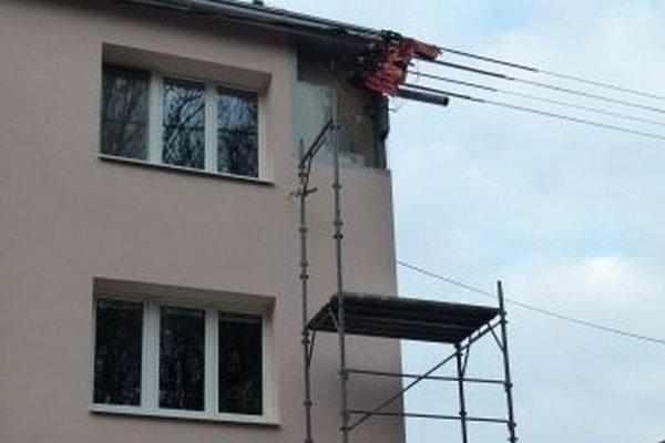 Obyvatelia bytovky sú z nedokončeného zateplenia nešťastní.