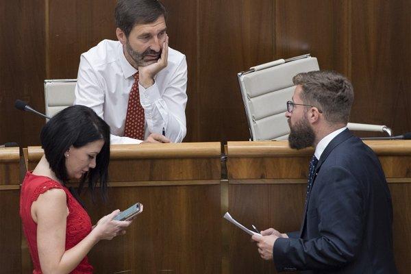 Poslanci parlamentu SR zľava Jana Cigániková (SaS), Juraj Blanár (SMER-SD) a nezaradený Martin Poliačik.