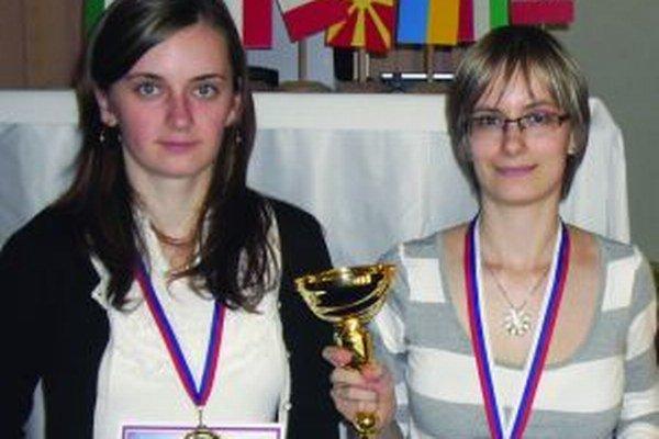 Zuzana Milcová (vľavo) postúpila na európsky šampionát spoločne s veľmajsterkou Borošovou.