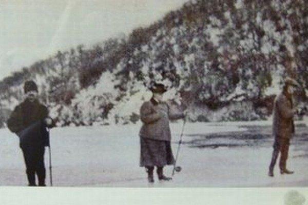Barónka chytá ryby v Turanoch na Váhu. Vtedajší hájnik Ranto (vľavo) z Turian jej robil sprievodcu.