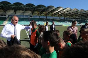 Prezident SR Andrej Kiska (vľavo) počas stretnutia s vedením klubu a mladými hráčmi v rámci návštevy futbalového štadióna MŠK Žilina.