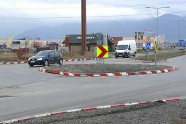Dočasné riešenie sa predlžuje. Malá kruhová križovatka v dopravnej špičke brzdí premávku na Severe a v Košútoch.
