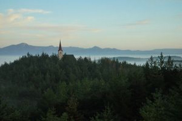 Panoráma krajiny pri Kláštore pod Znievom s kostolom.