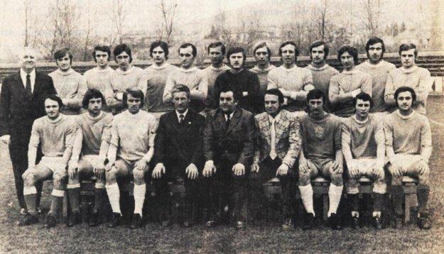 Mužstvo AC Nitra z roku 1974. V dolnom rade zľava Vladimír Ternény, Ladislav Szkladányi, Vladimír Szabo, tréner Michal Pucher, atď.