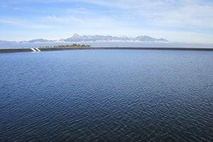 Pohľad z neznámej je neobyčajný práve vďaka hornej nádrži prečerpávacej vodnej elektrárne.