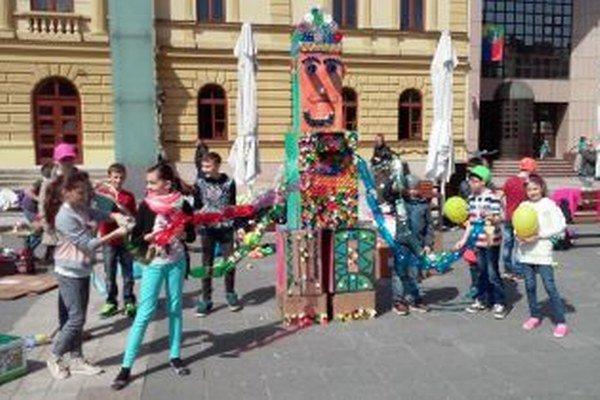 Žiaci ZŠ P. Mudroňa a ich víťazná chobotnica.
