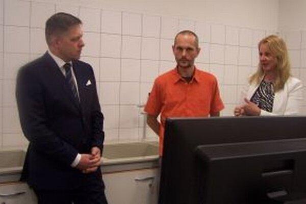Robert Fico na pracovisku Ústavu patologickej fyziológie. Alžbeta Trančíková a Tomáš Zaťko mu vysvetľujú možnosti využitia multifotonového konfokálneho mikroskopu.