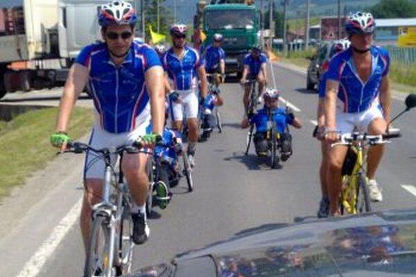 Všetci bicyklujú pre pomoc druhým.