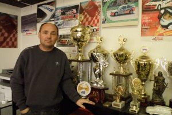 Peter Jureňa s časťou svojich trofejí.