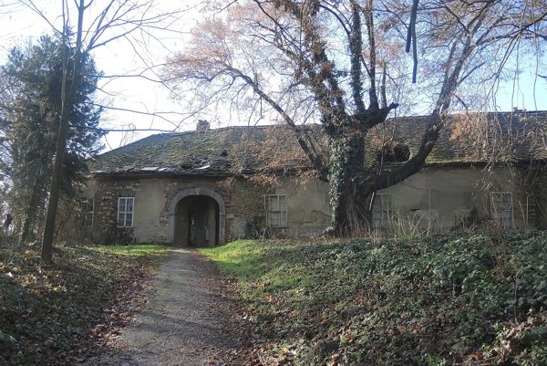 Kúria je v dezolátnom stave.