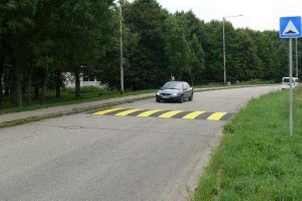 Spomaľovače zvýšili bezpečnosť chodcov i cyklistov.