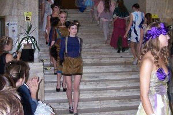 Módna prehliadka odevov, ktoré inšpirovali symboly a ornamenty.