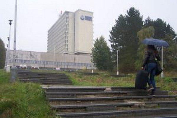 Schody k sídlu Slovenskej národnej knižnice už dlhšie volajú po oprave.