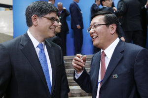 Vľavo bývalý čínsky minister financií Lou Ťi-wej.
