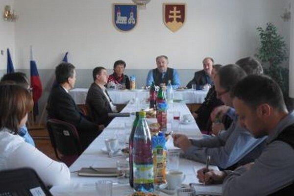 Podnetné stretnutie vedenia obce Sučany so zástupcami firiem z priemyselnej zóny.