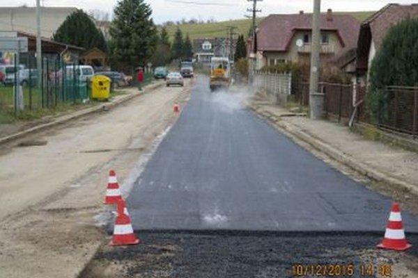 Bude sa jazdiť lepšie. Stavbári už naťahujú nový asfalt.