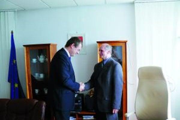 Mariánovi Ličkovi (vpravo) k nástupu do funkcie blahoželal štátny tajomník ministerstva vnútra Marián Saloň.