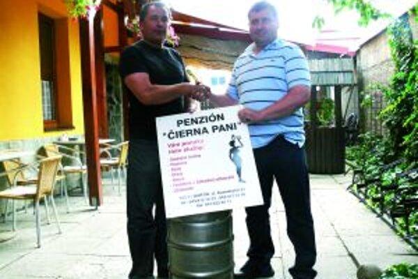 Sud piva venoval Jaroslavovi Hurbanovi (vpravo) Bohuš Pukaj z Penziónu Čierna Pani.