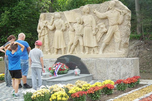 Pomník SNP vyzerá konečne ako dôstojné pietne miesto, pod ktorým je pochovaných dvadsať ľudí.