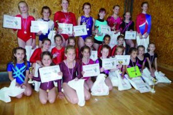 V Zakamennom.Turčianske gymnastiky získali víťazstvá v piatich kategóriách – A. Pavlíková (z Martina), M. Kmoštincová, V. Foldýnová, V. Schneiderová, M. Tomková ( všetky zo Sokola Vrútky).
