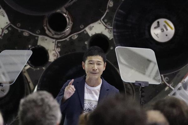Jusaku Maezawa počas živého prenosu, kde sa odhalila totožnosť prvého SpaceX vesmírneho turistu.