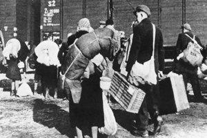 Nakladanie Židov do vagónov. Fotografia je z popradskej stanice z marca 1942.
