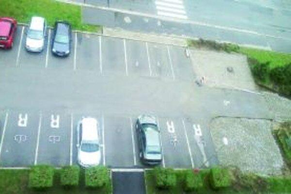 Realita v Záturčí. Ľudia si predplácajú parkovacie miesta.