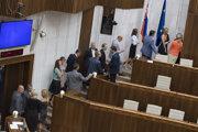 Poslanci v tajnom hlasovaní nových členov Správnej rady ÚPN nezvolili.