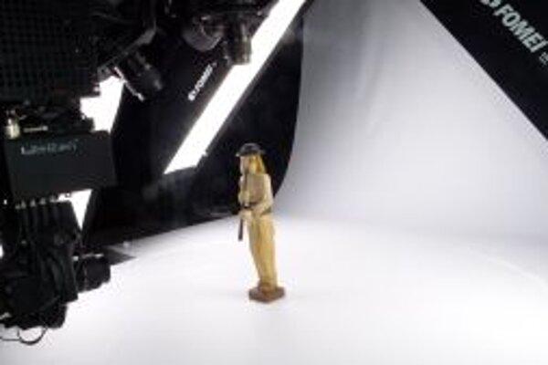 Pri 3D fotení sa predmet otáča v malých uhloch na podstavci.