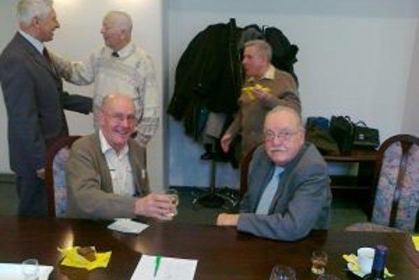 V popredí zľava organizátor stretnutia Ján Rohoň a vpravo vedúci konštrukcie Eduard Goliáš.